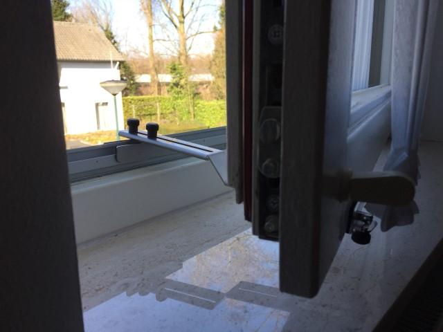 Kierr Classic 100 raamvastzetter op een naar binnenslaand raam.