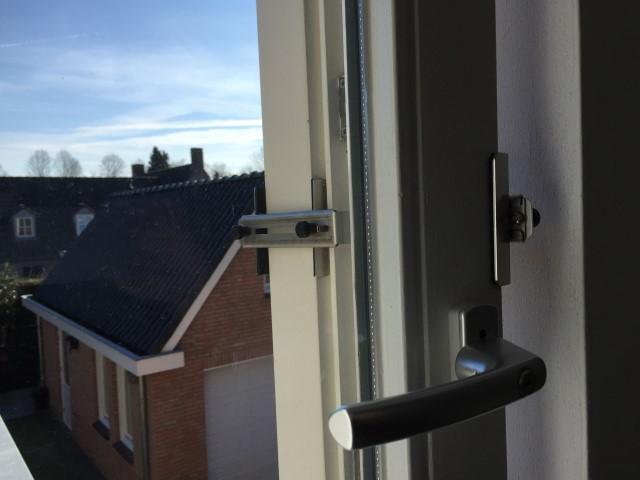Kierr Classic 100 als raamuitzetter of deuruitzetter op een naar binnenslaand raam.