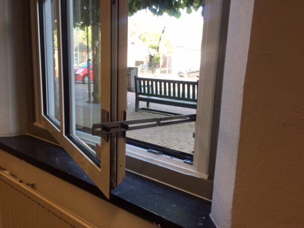 Kierr Classic 200 Klemmsystem um das Fenster offen zu halten