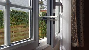Kierr Classic 100 zonder boren en schroeven kierstandhouder op een kunststof stacaravan raam