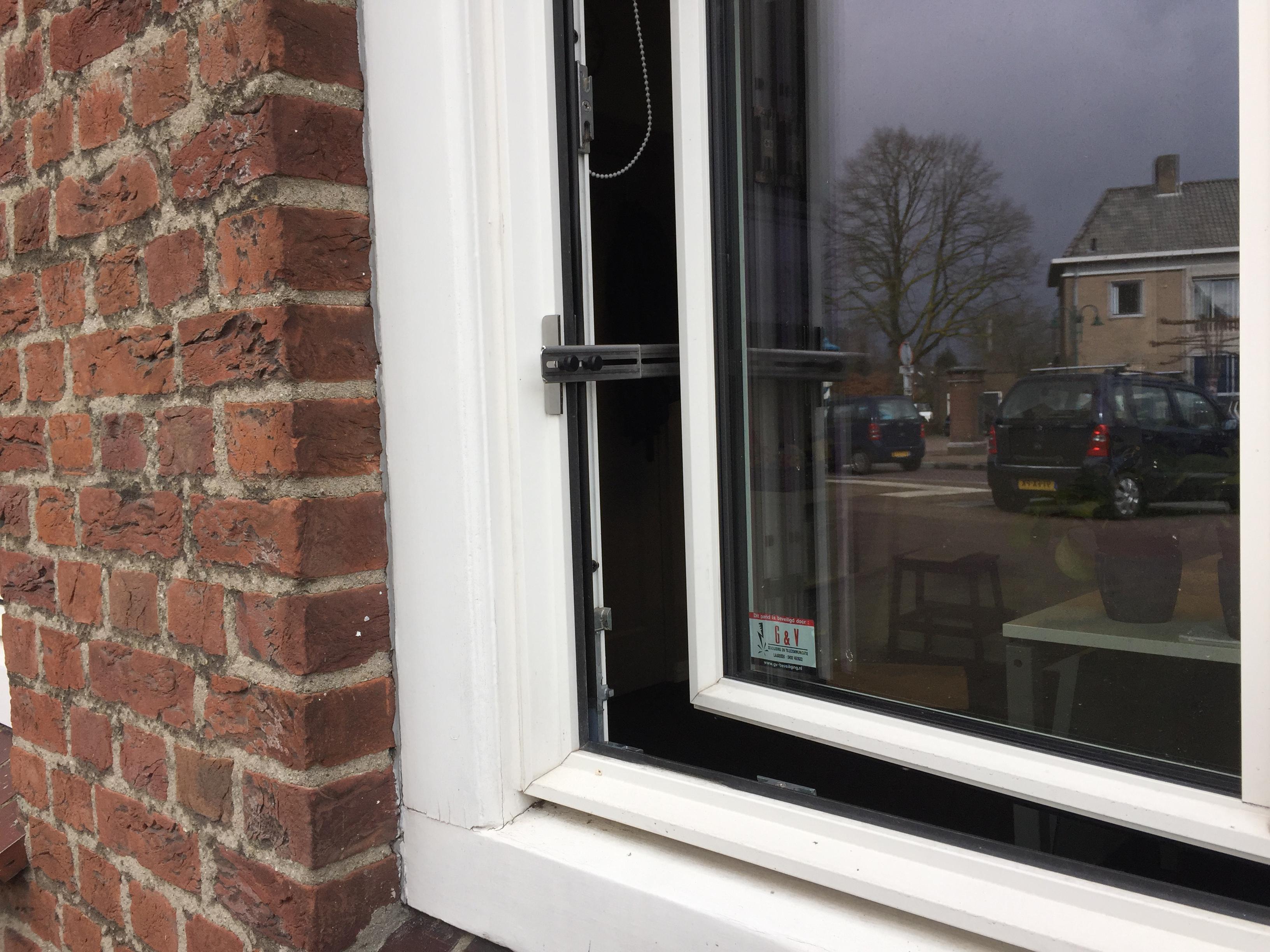 Kierr Classic 100 zonder boren en schroeven kierstandhouder RVS op een openstaand kunststof raam