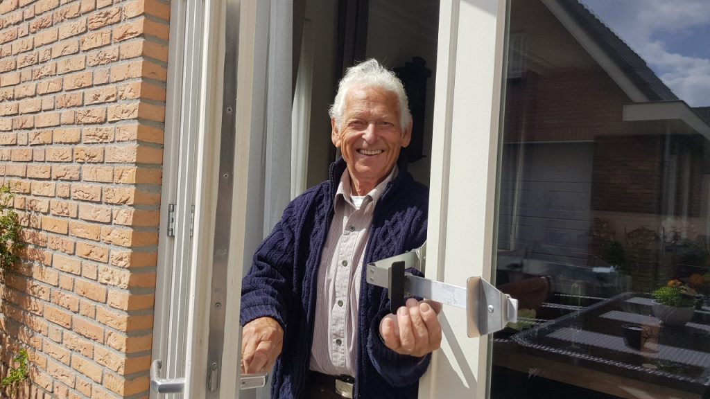 Kierr Flex zonder boren en schroeven deurvastzetter met scharnier om eenvoudig te openen.