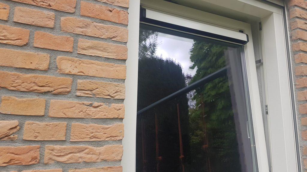 De Kierr Click 100 zonder boren en schroeven raamvastzetter of voor het verkleinen van een kierstand kiepstandraam.