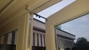 Kierr Click 200 zonder boren en schroeven deurvastzetter gemonteerd op een terrasdeur met zelfklevende magneten