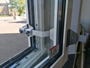 Kierr Flex 100 zonder boren en schroeven raamuitzetter op een afgerond kunststofraam kozijn