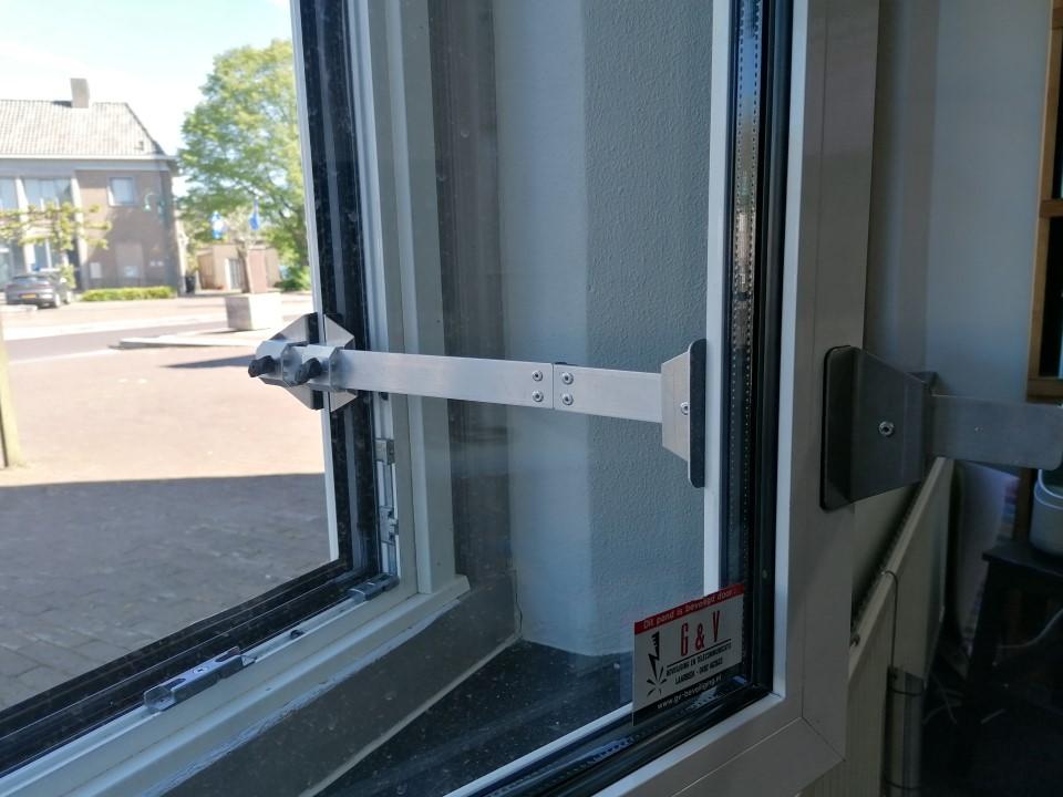 Kierr Flex 200 zonder boren en schroeven raamuitzetter op een kunststof afgeschuind raamkozijn
