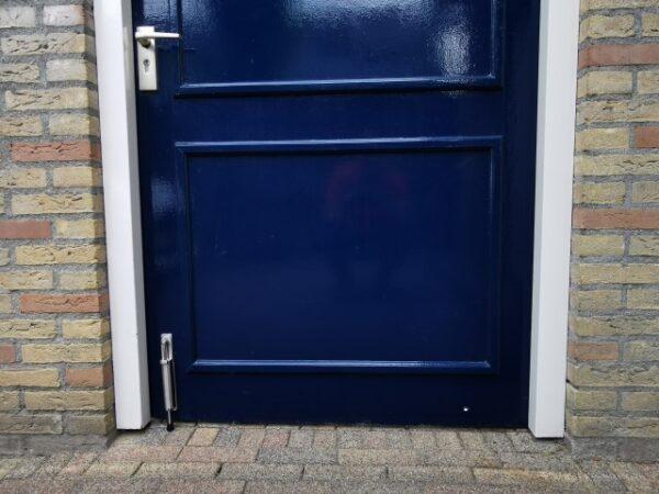 Deurvastzetter op deurvastzetter op buitendeur poort