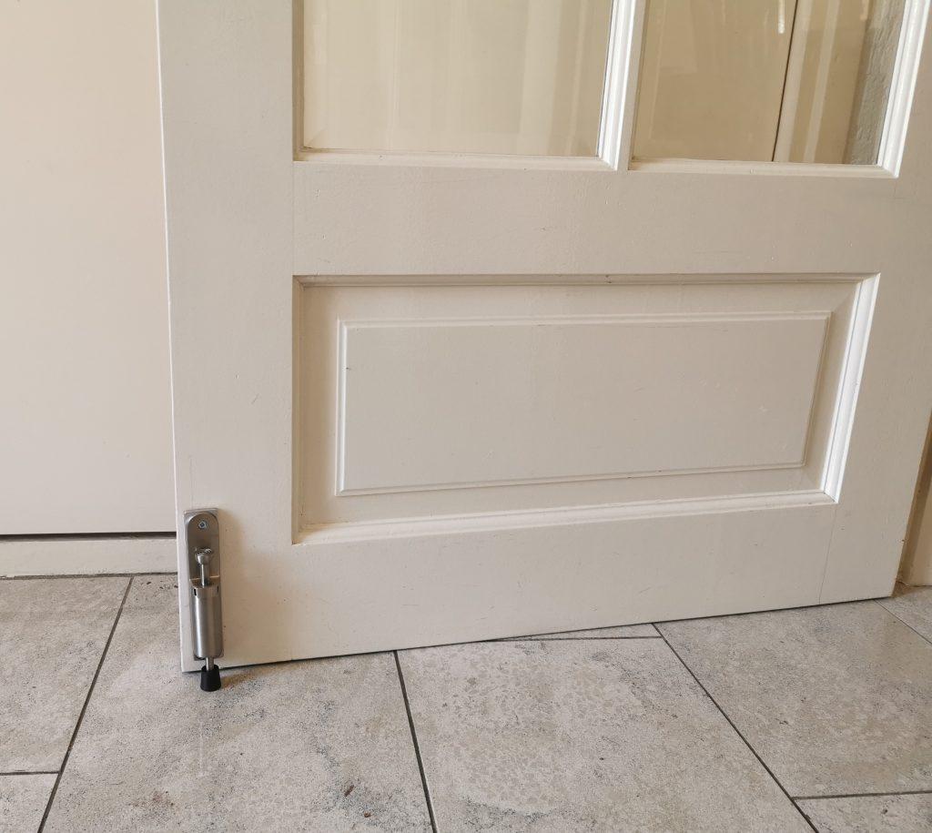 Kierr Hold 100 RVS op binnendeur met zelfklevende tape
